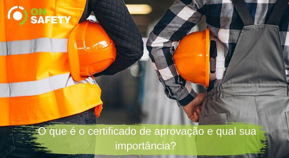 trabalhadores com capacetes de segurança