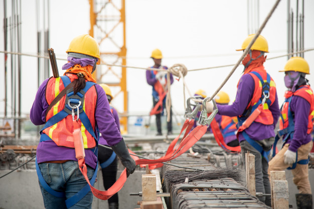 Trabalhadores fazendo uso de EPI em uma construção