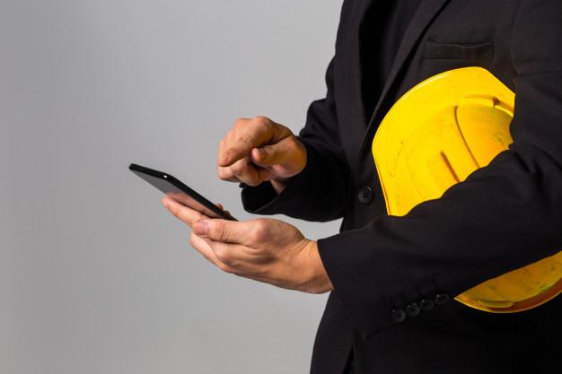 trabalhador mexendo em smartphone