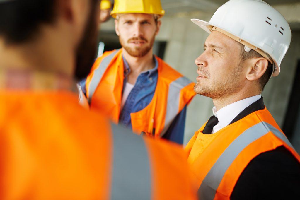 tres construtores conversando
