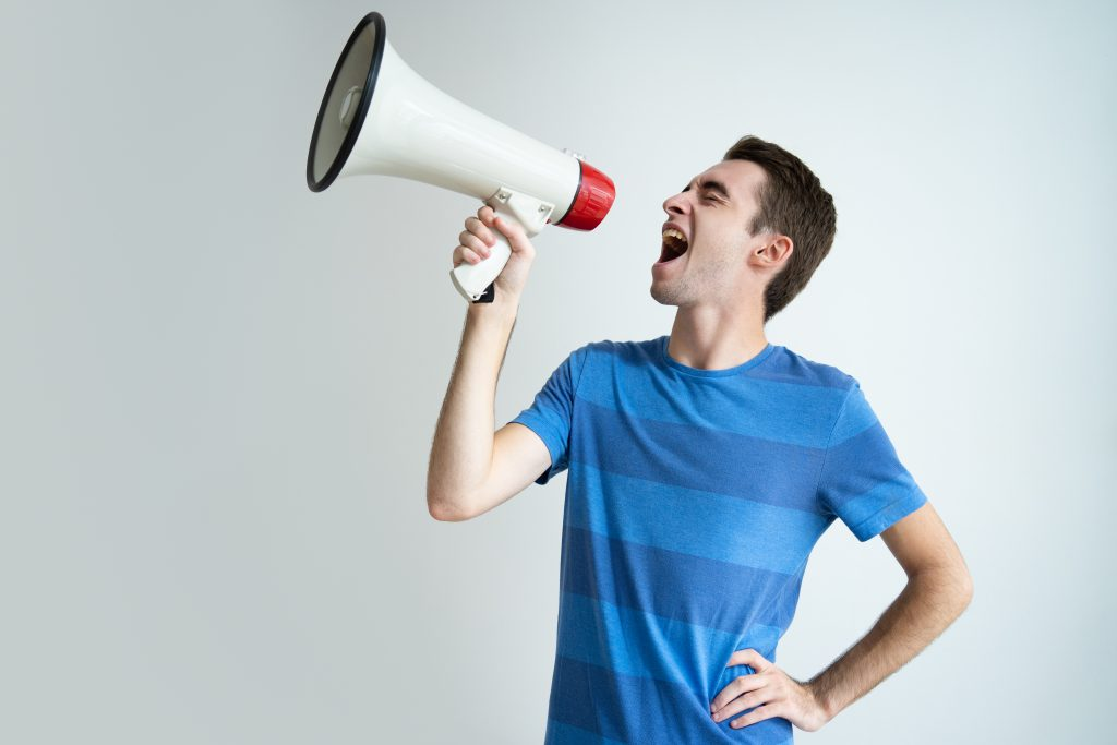 Homem falando no megafone