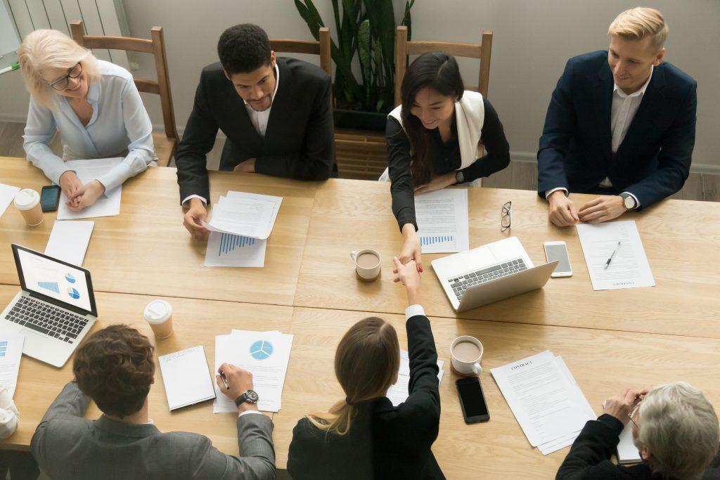 trabalhadores reunidos em volta de uma mesa