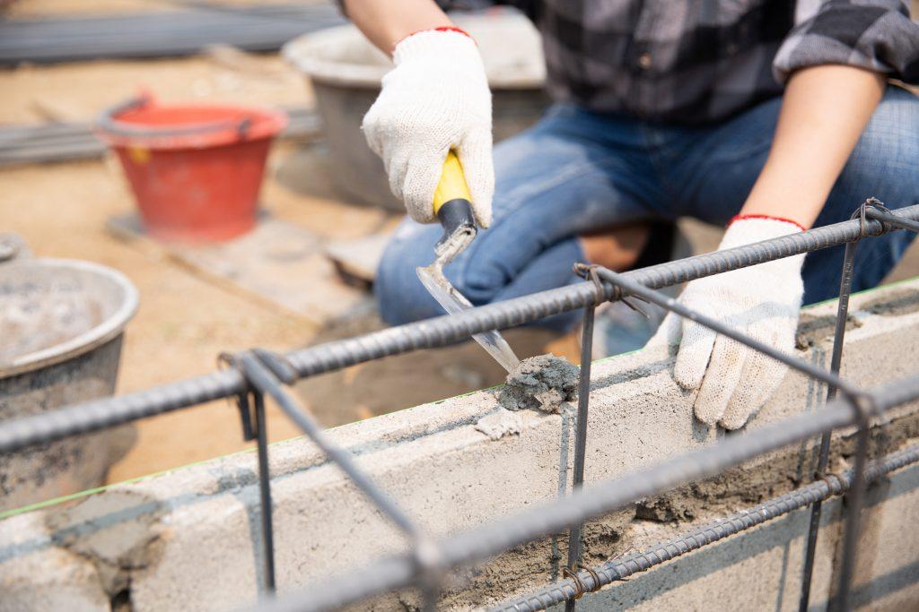 homem assentando tijolos